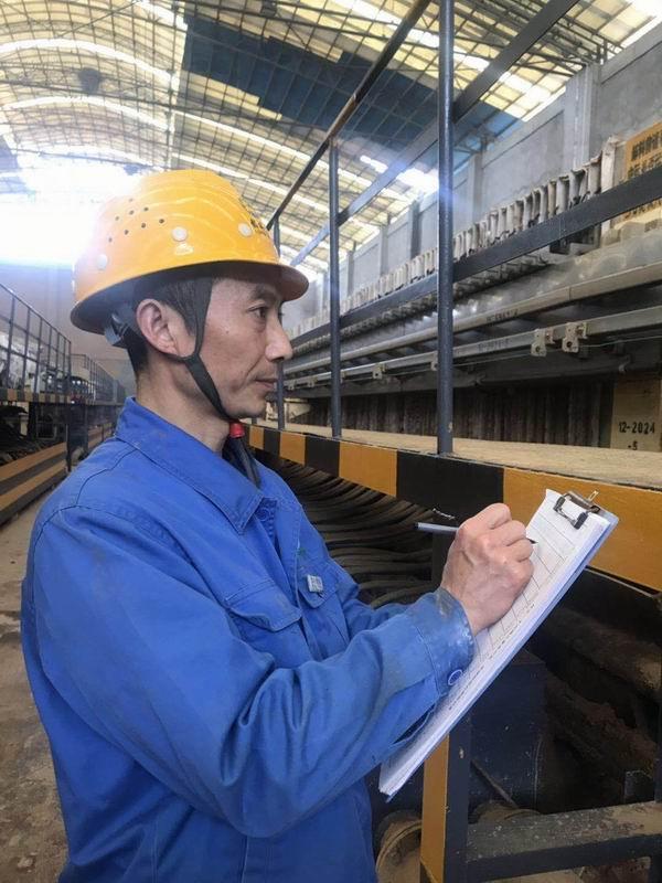 4-襄陽公司的班組長正開展日常巡檢工作.jpg