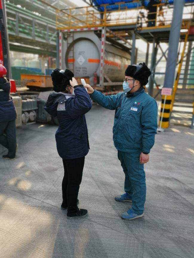 9-新材料公司对员工体温进行测量.jpg